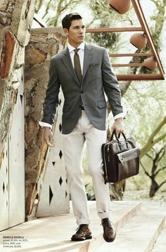 A grey blazer and beige chinos teamed together are a sartorial dream for those who prefer refined styles. Jazz things up by slipping into dark brown leather derby shoes. Sharp Dressed Man, Well Dressed Men, Mode Masculine, Beige Chinos, Gray Blazer, Men Blazer, Gray Jacket, Moda Formal, Herren Style