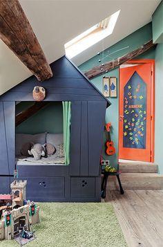 platsbyggd koja i barnets rum.