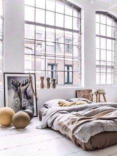 Slaapkamer, prachtige grote ramen!
