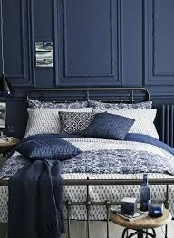 Výsledek obrázku pro quel assortiment avec une tapisserie cuir bleu chambre