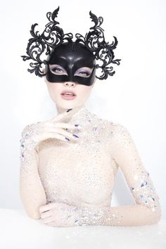 Philip Treacy, un otoño de tocados y sombreros únicos. - LOFF.IT Philip Treacy, How To Make Decorations, Beautiful Mask, Hat Making, Headdress, Head Wraps, Masquerade, Outfit Of The Day, Hippy