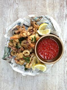 Crispy squid & prawns with homemade sweet chilli sauce Tintenfisch und Garnelen Fischrezepte Chili Sauce, Sweet Chilli Sauce, Sweet Chili, Prawn Fish, Fish And Seafood, Fish Recipes, Seafood Recipes, Cooking Recipes, Squid Recipes