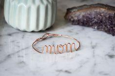 Un cadeau fait main pour la fête des mères, c'est toujours mieux ! Voici un DIY facile qui vous permettra de lui faire passer un mot doux avec un joli bracelet...