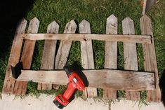 Diy Halloween Fence, Pallet Halloween Decorations, Halloween Outside, Halloween Facts, Halloween Graveyard, Halloween Trees, Outdoor Halloween, Halloween Projects, Holidays Halloween
