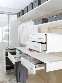 En Porcelanosa diseñamos armarios y vestidores personalizados para todo tipo de distribuciones e integrados totalmente en el ambiente.