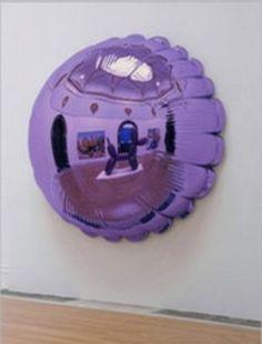 Stainless steel moon by Jeff Koons (York, Pensilvania, 21 de enero de 1955) es un artista estadounidense. Su obra se destaca por el uso del kitsch y su frecuente monumentalidad. Clasificada a veces como minimalista y Neo-pop. A la fecha, Koons ha incursionado en la escultura de instalación, la pintura, y la fotografía. Conocido por sus reproducciones de objetos banales-como los animales del globo producidos en acero inoxidable con superficies de acabado de espejo.