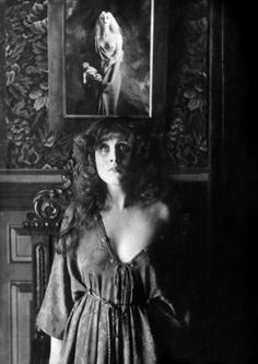 Emmy Lynn in the French silent film 'Mater Dolorosa', directed by Abel Gance in 1917.