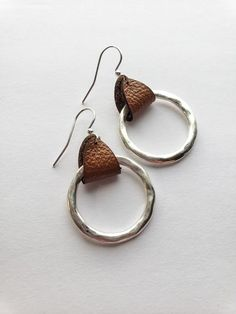 Brown leather hammered hoop earring, single hoop earrings, Bohemian chic jewelry, Birthday gift for best friend – Diy Schmuck Wire Jewelry, Boho Jewelry, Jewelry Crafts, Beaded Jewelry, Handmade Jewelry, Jewelry Design, Handmade Bracelets, Earrings Handmade, Jewellery