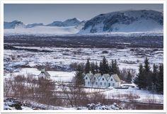 """""""Quem viaja para a Islândia está em busca de aventura, paz, isolamento e, acima de tudo, da beleza natural. E tudo isso é encontrado em doses cavalares. Lagoas termais de um azul paradisíaco, vulcões com cumes crescentes e fumegantes, crateras com água borbulhante, geysers que explodem numa bolha azul a cada 5 minutos, geleiras escavadas pela água com centenas de tons de azul, vilas encravadas em fiordes, cujas águas espelham montanhas magníficas, centenas de cachoeiras, vida animal…"""