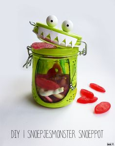 Make your own scary candy jar! Use strawberry laces and sour strips to fill your scary candy jar. Jar Crafts, Diy Crafts For Kids, Arts And Crafts, Deco Haloween, Craft Gifts, Diy Gifts, Monster Party, Kids Corner, Creative Kids