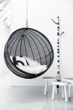 Hanging ball chair Vakker rund hengestol i rotting. Farge: Sort MÅL: dybde 83/ høyde og bredde 108cm Forventet leveringstid ca 6-8 uker