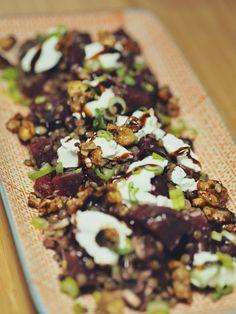 Rote-Bete-Linsen-Salat mit Ziegenfrischkäse und karamellisierten Walnüssen