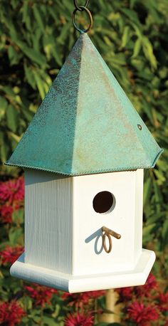 Set a beautiful stage for the arrival of beloved songbirds by placing our stylish Songbird Hanging Birdhouse in your garden.