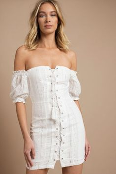 The white bohemian dress – tips to adopt this summer's top trend - Mode et Beaute Bohemian Chic Fashion, Net Fashion, Sundresses Women, White Eyelet Dress, White Bohemian, All White Outfit, Bardot Dress, Women's Summer Fashion, Women's Fashion Dresses