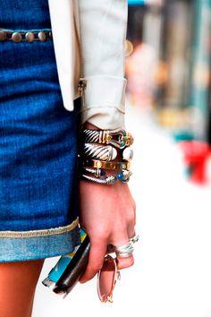 Braço com mix de acessórios de braceletes, pulseiras, anéis e óculos