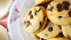 ΜΠΙΣΚΟΤΑ ΜΕ ΒΡΩΜΗ ΚΑΙ ΣΤΑΓΟΝΕΣ ΣΟΚΟΛΑΤΑΣ - CookingRhythms Healthy Snaks, Tasty, Yummy Food, Biscotti, Cookie Recipes, Make It Simple, Muffin, Easy Meals, Food And Drink