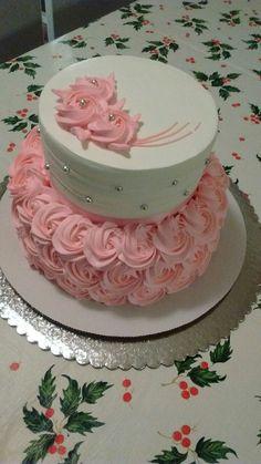Pastel de dos pisos pequeño con rosas | https://lomejordelaweb.es/