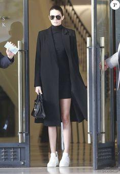 Kendall Jenner mise sur un look minimaliste et ultra-chic pour une virée shopping. Tennis revisitées, robe noire et manteau d'homme, Kendall fait l'unanimité.