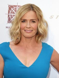 Elizabeth Shue's laid-back waves make her bob look effortless and easy. If you're looking for a casual vibe, keep your cut on the longer side with lots of volume-building layers. #hairstyle #bob