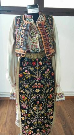 Expozitia Portul Banatean - Unitate in diversitate, 10 - 31 mai organizata… Folk Costume, Costumes, Folk Clothing, Historical Costume, Traditional Dresses, Dream Dress, Well Dressed, Black Backgrounds, 31 Mai
