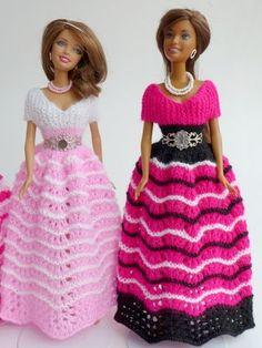 Puppenkleid stricken // Ballkleid für Puppen Crochet Doll Dress, Crochet Barbie Clothes, Barbie Gowns, Barbie Dress, Barbie Patterns, Mini Vestidos, Baby Girl Dresses, Beautiful Crochet, Couture