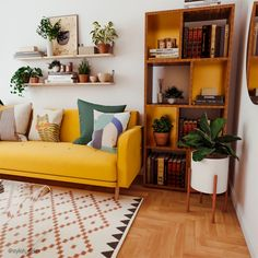 Retro Living Rooms, Colourful Living Room, Eclectic Living Room, Boho Living Room, Small Living Rooms, Living Room Interior, Small Bedroom With Couch, Decorating Small Living Room, Small Livingroom Ideas