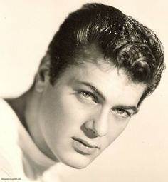 Young Tony Curtis -via ioweyoum-tin Hollywood Men, Hooray For Hollywood, Golden Age Of Hollywood, Hollywood Stars, Classic Hollywood, Hollywood Icons, Tony Curtis, Famous Men, Famous Faces