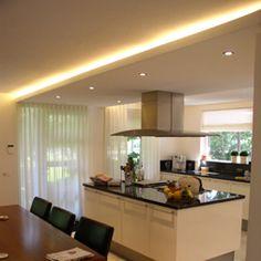 verlaagd plafond met verlichting erachter