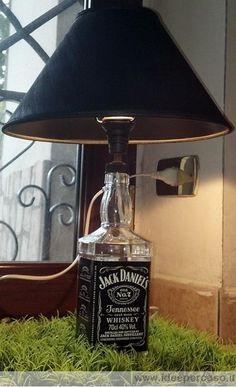 fare una lampada di ecodesign riciclando e forando una bottiglia di vetro del famoso whisky Jack Daniels