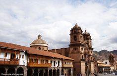 La Plaza de Armas de Cusco Perú, con sus numerosos balcones y soportales es la mejor cosa que hacer en Cusco