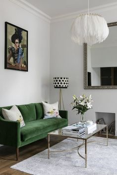 living room with kelly green sofa. home decor and interior decorating ideas. Home Trends, Living Room Green, Room Interior, Trendy Living Rooms, Apartment Decor, Trending Decor, Living Decor, Living Room Designs, One Bedroom Apartment