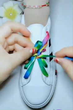 Tying shoe laces, knots, bows, ribbon etc. Shoe Crafts, Diy And Crafts, Crafts For Kids, Creative Shoes, Creative Ideas, Diy Ideas, Tie Shoes, Clothing Hacks, Sewing Hacks