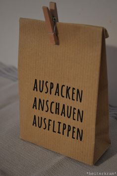 Diese Tüte habe ich euch letztens hier gezeigt und eine Anleitung dazu verspr… I have shown you this bag recently and promised a guide to it. And tadaa: here she comes. Diy Presents, Diy Gifts, Diy Birthday, Birthday Presents, Birthday Present Diy, Birthday Pinata, Birthday Celebration, Diy Cadeau Noel, A4 Paper