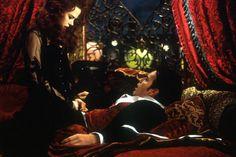 Kleuren donkerrood + zwart, chique materialen, rood tapijt, fluwelen kussens, zware rode gordijnen, fluweel, zwarte kant ...