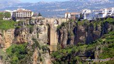 """#Málaga #Ronda - Tajo de Ronda GPS 36° 44' 29"""" -5° 09' 58"""" / 36.740833, -5.166111   El Tajo de Ronda es un desfiladero sobre el que se sitúa la ciudad de Ronda (provincia de Málaga, España). Tiene una superficie de 47,5 ha aproximadamente y una garganta excavada por el río Guadalevín de 500 m de longitud y 100 m de profundidad. Su anchura es de 50 m y presenta un gran escarpe que se abre hacia """"La Caldera"""", hondonada de forma circular."""