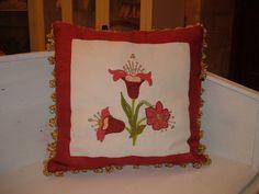 Cuscino barocco con decorazione floreale policroma.