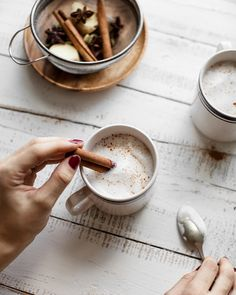 Chai latte maison à l'érable - Trois fois par jour - Amazing Foods Menu Recipes Latte Recipe, Recipe Box, Brunch, Vegetable Drinks, Healthy Eating Tips, Healthy Food, Coffee Love, Infused Water, Food Styling