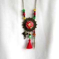 Sautoir ethnique bronze, rouge, jaune, vert, cabochon coton, pompon fait main, plume, éléphant : Collier par color-life-bijoux