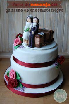 Tarta de naranja con ganache de chocolate negro. Modelado de novios, maleta y flores con Gum Paste y Fondant.