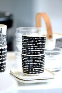vaisselle : tasses, design Sami Ruotsalainen et Maija Louekari pour Marimekko Marimekko, Scandinavian Design, Ceramic Pottery, Kitchenware, Decoration, Dinnerware, Home Accessories, Coffee Cups, Tea Pots