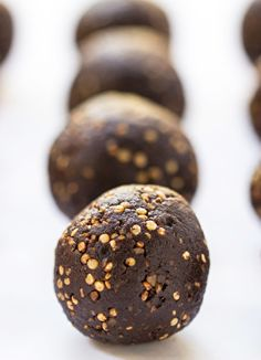 Chocolate + Tahini Quinoa Energy Bites - only 5 ingredients and super healthy… Nut Recipes, Best Gluten Free Recipes, Raw Food Recipes, Baking Recipes, Snack Recipes, Dessert Recipes, Farro Recipes, Healthy Recipes, Clean Eating Desserts