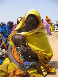Mariam, a #refugee from #Darfur, waits in the blistering heat with daughter Gissma to get her first food rations in three months. Bredjing camp, eastern Chad, September 2004.   © Claire Soares/IRIN