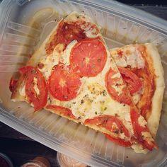 De cuando tu IG se está volviendo muy #esdegordos pero es que la primavera la sangre altera y no puedes evitar comer comer y comer.  Bendito Dios que existe el ejercicio. Qué sería de mí si no?  Y bendito Dios que existe mi marido y que se casó conmigo y que me consiente cuando le digo que tengo antojo de pizza hahaha. #nopuedodeamor @chegarit0  #pizza #pizza #pizzas #food #foodporn #foodie #somosgordos #foodaddicted #pizzamargherita