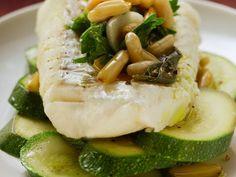 Seelachsfilet mit Zucchini und Pinienkernen ist ein Rezept mit frischen Zutaten aus der Kategorie Meerwasserfisch. Probieren Sie dieses und weitere Rezepte von EAT SMARTER!