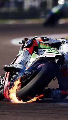 Se trata de carreras de motos en Argentina.They son muy rápidos . La gente que los impulsan les paga mucho dinero