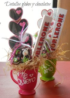 taza Cute Valentines Day Gifts, Valentines Flowers, Valentine Crafts, Love Gifts, Diy Gifts, Candy Arrangements, Candy Flowers, Diy Gift Baskets, Chocolate Bouquet