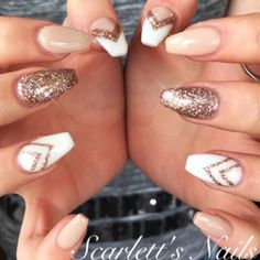 Nails ongles beiges, beige nails, beige nail art, gold gel nails, g Fancy Nails, Love Nails, Pretty Nails, My Nails, Glam Nails, Vernis Rose Gold, Rose Gold Nails, White Nails With Gold, White Glitter