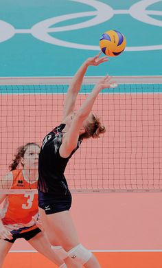carli lloyd Volleyball Drawing, Volleyball Poses, Usa Volleyball, Volleyball Setter, Volleyball Pictures, Volleyball Players, Human Poses Reference, Pose Reference Photo, Teenage Girl Photography
