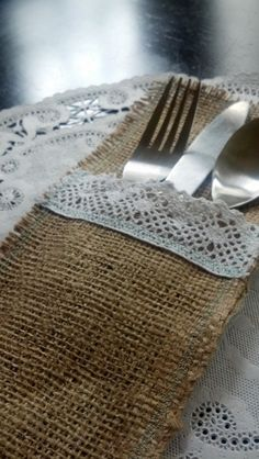 pocket this one... Make placemat with pocket attached, like denim version. Recycled Wedding, Recycle Your Wedding, Rustic Elegance, Rustic Style, Rustic Theme, Vintage Style, Burlap Lace, Wedding Burlap, Hessian