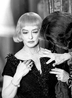 Bette Davis on the set of La noia, 1963
